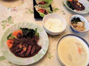 鹿ステーキ自家製ブラウンソース玉ねぎ入り野菜添え