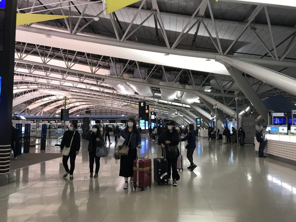 関西国際空港のマスク率は体感で8割近く。旅行者は少し少ないけどそれでも多い印象。