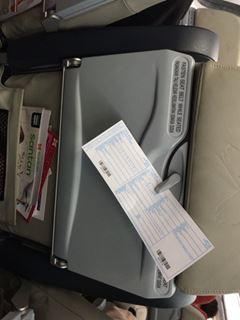 出国カードは空港に着いてから書けば大丈夫。鉛筆持ってればスムーズだけどなくても良いし、カードなくせば空港で頼めば新しいのをくれる。控えはもっとけ